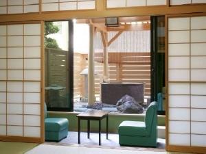 新館の露天付客室は総檜造りでお部屋食
