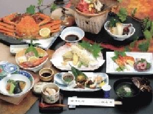 大人お一人毎にズワイガニの姿付けが1ハイずつ付きその他は日本海の幸等8品付き
