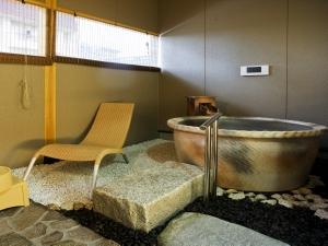 部屋付き露天風呂にはテレビも付いている